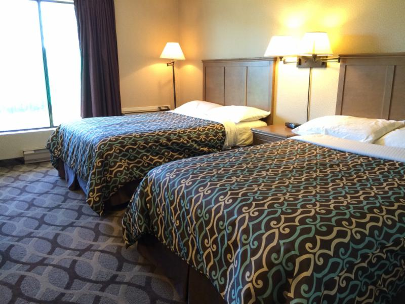 double beds in room - Deluxe Inn