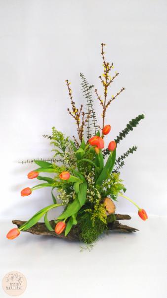 -La Bûche en Tulipes:     ce bouquet de fleurs est composé de tulipes oranges de wax blancs, de forsythias et d'aster solidagos jaunes. - Maison Marchand Fleuriste