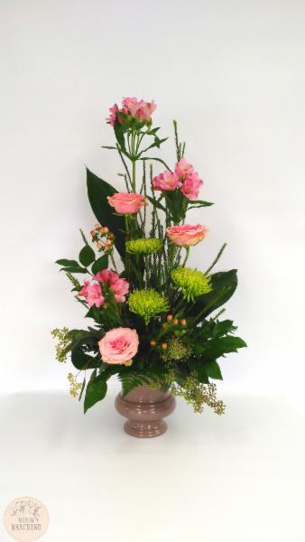 Corbeille au Féminin:     ce bouquet de fleurs est composé d'astromerias roses, de roses geraldines, d'hepericum roses, de fujis verts et d'eucalyptus parvifolia. - Maison Marchand Fleuriste