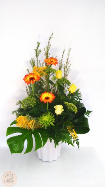-Éclosion Printanière:     ce bouquet de fleurs est composé de mimosas jaunes, de gerberas, de fujis verts, de roses jaunes, de monsteras et d'apidastras. - Maison Marchand Fleuriste