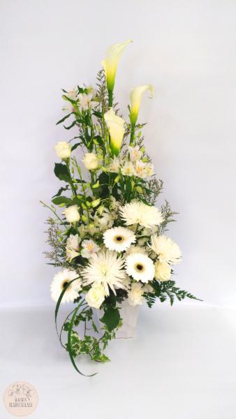 -Le Fjord:     ce bouquet de fleurs est composé de roses blanches, de lys callas blancs, d'alstromerias blancs, de dendrobium blancs, de gerberas blancs, de fujis blancs et de caspias blancs. - Maison Marchand Fleuriste