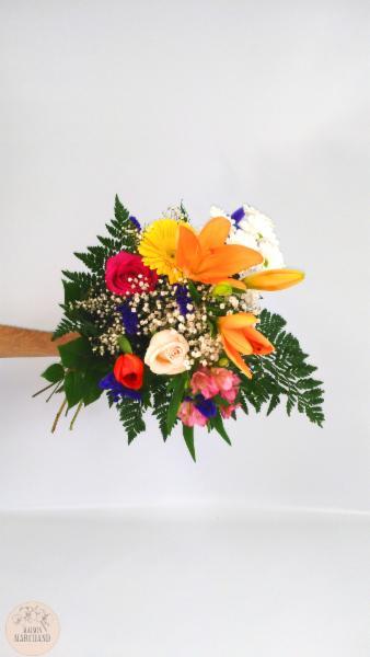 -Gerbe Coloré:     ce bouquet de fleurs est composé de roses fushias, de gerberas jaunes, de lys asiatique oranges, de marguerites blanches, tulipes oranges, de roses crèmes, d'alstromerias roses et de mirabellas. - Maison Marchand Fleuriste