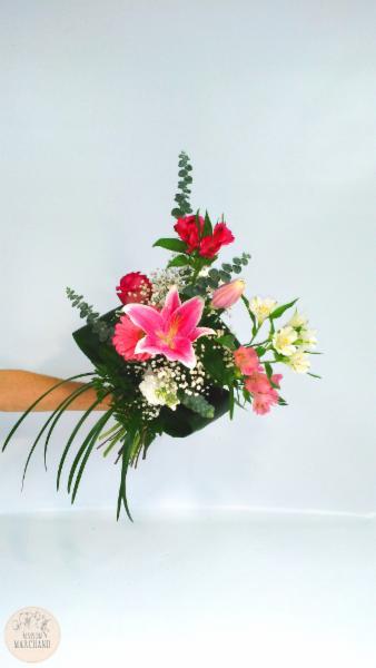 -Gerbe Monochrome:     ce bouquet de fleurs est composé d'alstromerias fushias, de roses, de gerberas, de lys casablancas, d'alstromerias blancs et de roses. - Maison Marchand Fleuriste