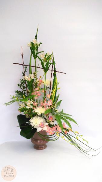 -La Grande Dame:     ce bouquet de fleurs est composé d'alstromerias blancs, de fujis blancs, de dendrobium roses, de pendanus, d'eucalyptus, d'umbrellas, de cymbidium blancs et roses, d'apidastras de bear grass et de branches de bois. - Maison Marchand Fleuriste