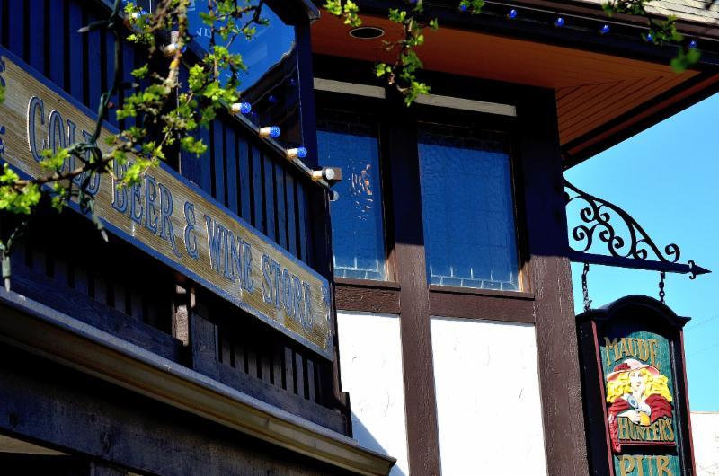 Maude Hunter's Pub - Photo 3