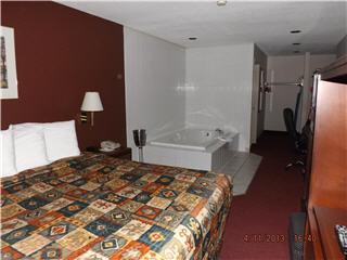 Econo Lodge & Suites - Photo 8