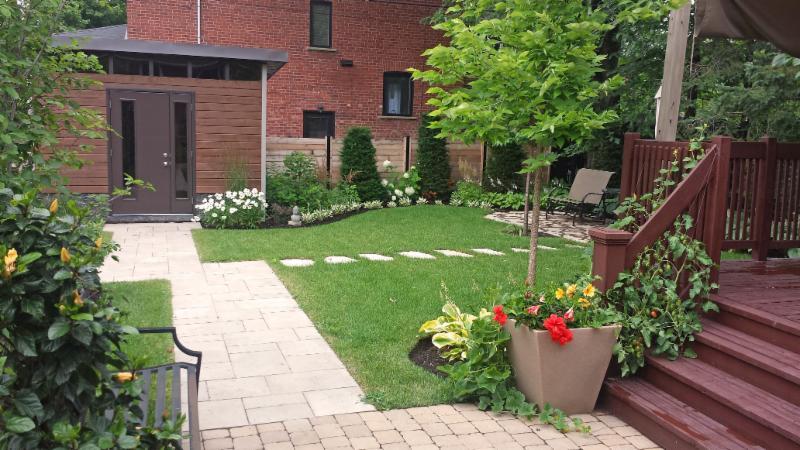 La création d'un jardin convivial, intégrant un nouveau cabanon, un coin-lecture ainsi qu'un espace potager est tout ce dont cette cour de banlieue avait besoin pour inciter à la détente.
