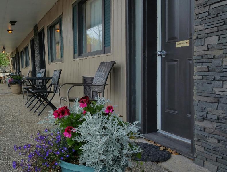 Maple Leaf Motel - Photo 2
