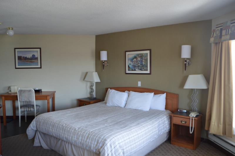 Canadas Best Value Inn & Suites - Photo 3
