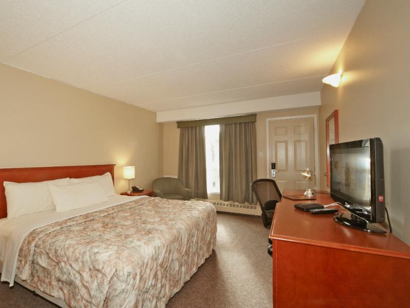 Colonial Square Inn & Suites - Photo 6