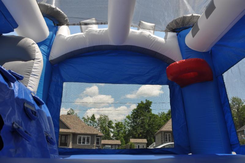 Conception intérieure avec panier de basket, escalade et toit pour protéger du soleil.