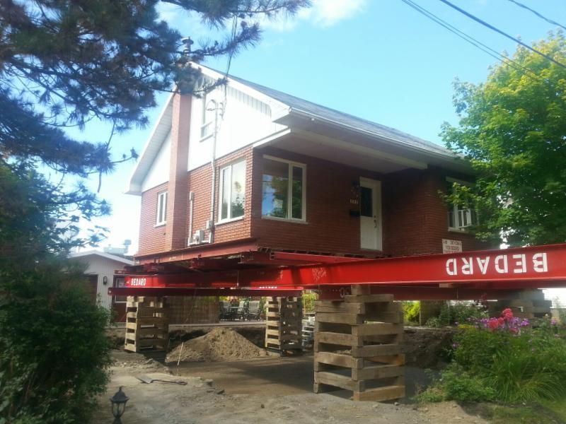 Levage de maison en briques. - Yvon Bédard Transport et Levage de Maison Inc
