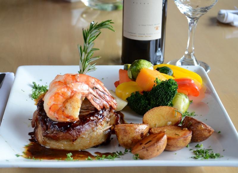 Leyle's Resturant Lounge - Photo 5