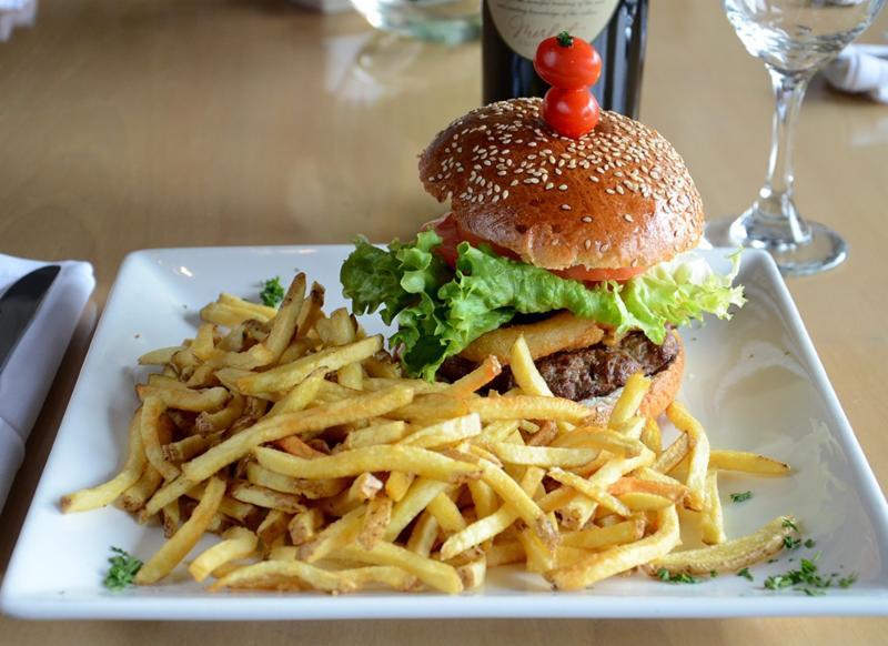 Leyle's Resturant Lounge - Photo 6