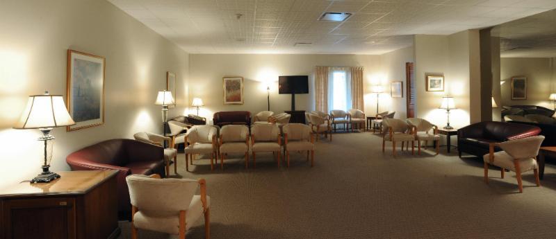 Salon avec télévision du 2258 ave Larue, Québec - Résidences Funéraires F.X. Bouchard Inc