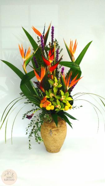 -L'Artifice:     ce bouquet de fleurs est composé d'oiseaux du paradis, d'eliconias, de liatrices, de cymbidium vert, de lys callas obergines, de pinochio jaune et de feuilles d'accordéons.
