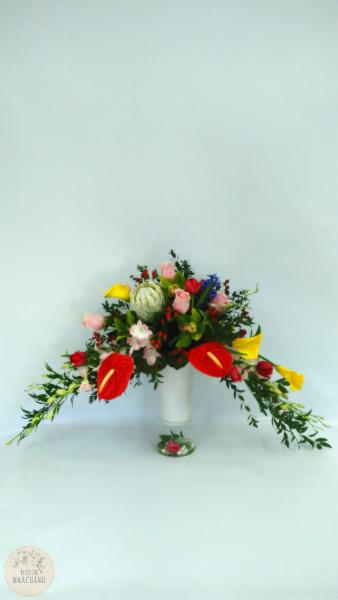 -Cascade Estivale:     ce bouquet de fleurs est composé de tulipes rouges, de dentrobium roses, de roses, d'anthurium rouges, d'hipericum rouges, de jacinthes bleus, de callas jaunes, de cymbidium verts et de proteas kings.