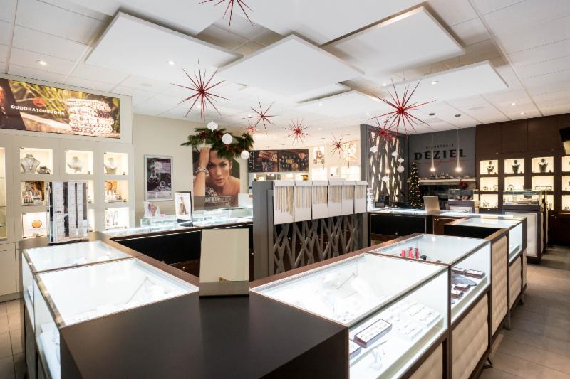 Sélectionnée, à titre de bijouterie de l'année par l'association canadienne des représentants en bijouterie pour l'année 2016-2017. La bijouterie Déziel joailliers un endroit unique ou la compétence de l'équipe en place ne laisse aucun doute.