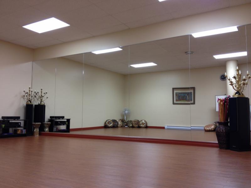 good salle de danse avec miroir systme de son with miroir salle de danse. Black Bedroom Furniture Sets. Home Design Ideas