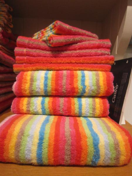 Notre sélection de serviettes de ratines la plus aimée. Joyeuses avec toutes les couleurs de l'arc en ciel, importé d'Allemagne.