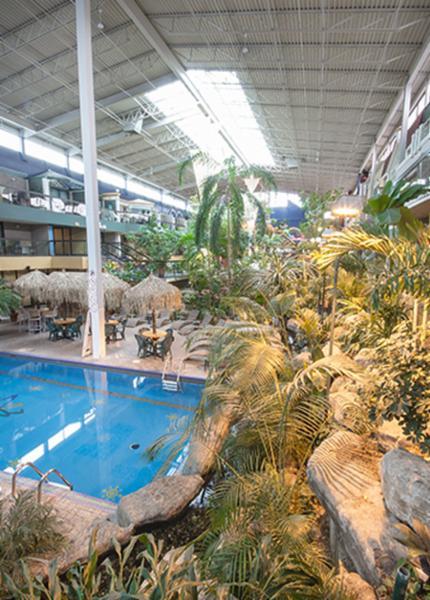 Les Hôtels Jaro - Hôtel Québec Inn - cour intérieure avec piscine