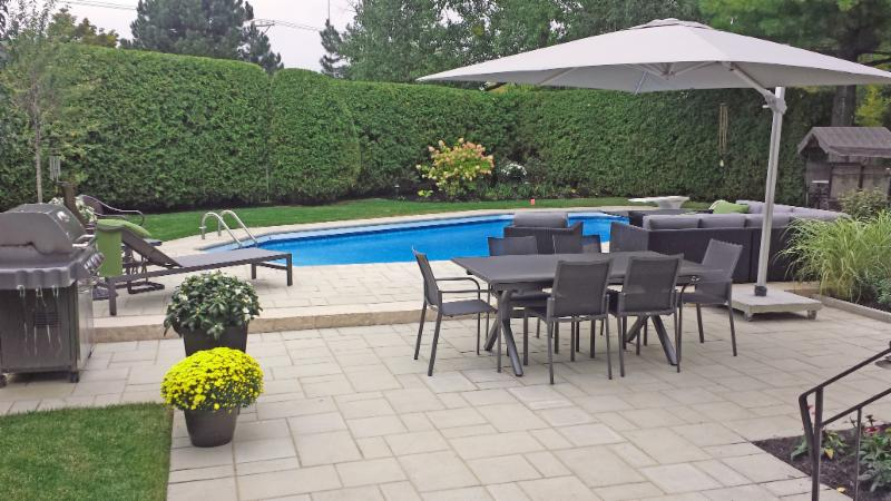 Une piscine constitue sans équivoque un point d'intérêt principal dans un jardin. Elle doit être en dialogue avec les autres éléments de la cour.     Le patio, à mi-chemin entre la résidence et la piscine constitue un carrefour naturel où se rassembler.