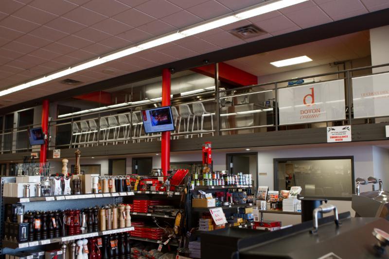 Cuisine pour démonstrations culinaires, cours de cuisine et de BBQ située sur la mezzanine