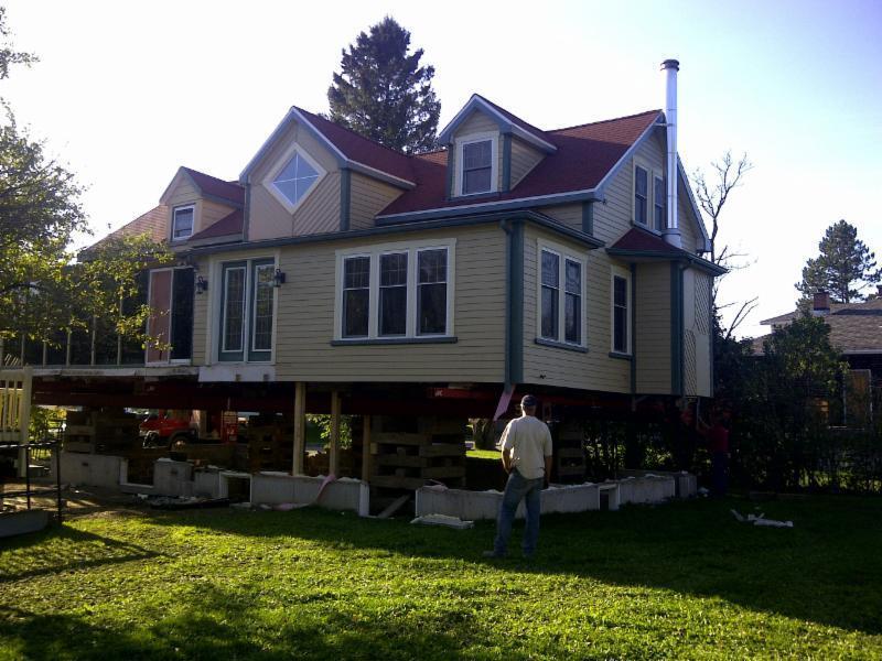 Levage de maison pour rallonger la fondation existante.