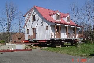 Déplacement de maison pour réfection de fondation.